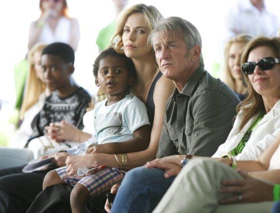 """AFP/""""Scanpix"""" nuotr./Seanas Pennas ir Charlize Theron su jos įsūniu Jacksonu"""