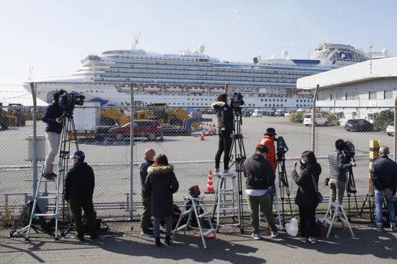 """""""Scanpix""""/AP nuotr./Žurnalistai prie kruizinio laivo """"Diamond Princess"""""""