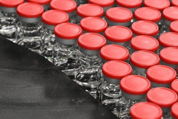 """AFP/""""Scanpix"""" nuotr./Oksfordo universiteto ir """"AstraZeneca"""" kuriamos vakcinos dozės"""