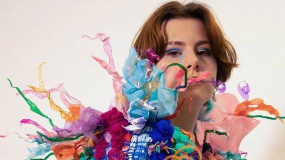 Herefordo menų koledžas/Melissos Sanders pagaminta suknelė iš plastiko atliekų