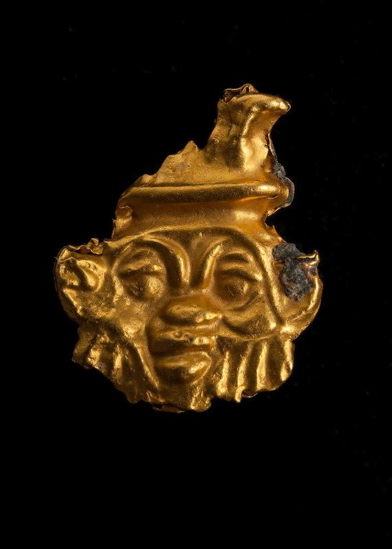"""""""Reuters""""/""""Scanpix"""" nuotr./Senovinio karinio laivo, aptikto Viduržemio jūroje nuskendusiame Thônis-Heracleion mieste prie Aleksandrijos (Egiptas) krantų, liekanų fragmentas"""