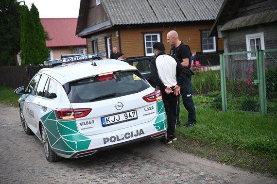 Gabrielės Navickaitės nuotr./Policija išveža, vietinių gyventojų sulaikytą, iš Rūdninkų stovyklos pabėgusį migrantą