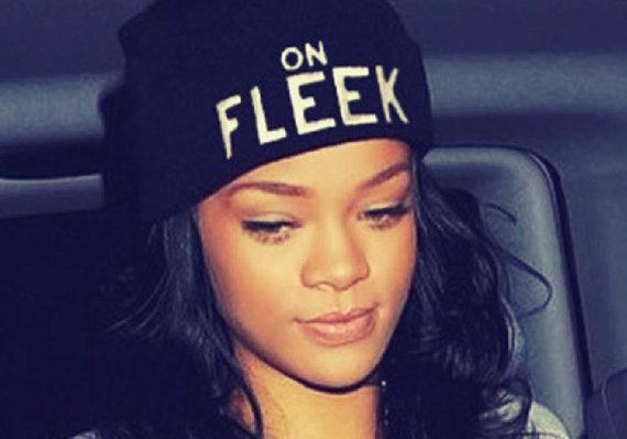 """""""Dictionary.com"""" nuotr./Rihanna, dėvinti kepurę su užrašu """"On fleek"""""""