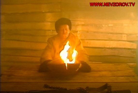 """Stop kadras iš A.Nevzorovo filmo """"Naši""""/A.Nevzorovo filme taip vaizduojama """"ugnies taurę gerianti Lietuva"""""""