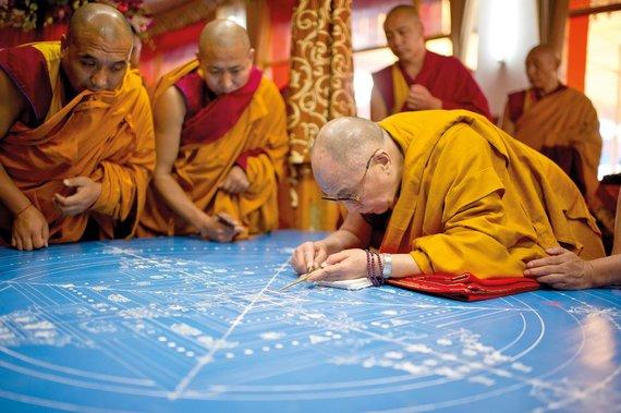 Jo Šventenybės Dalai Lamos administracijos nuotr./Dalai Lama beria pirmąsias splavoto smėlio smilteles, pradedama sudėtinga mandala
