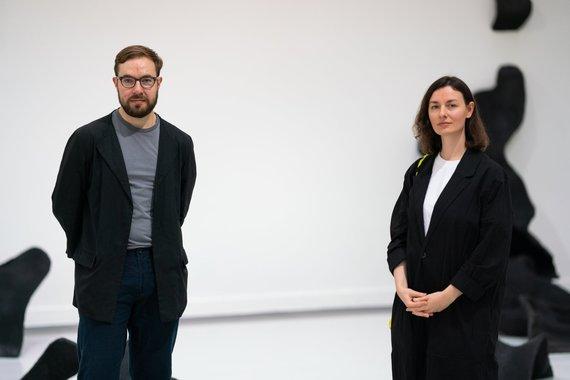 """Manto Repečkos nuotr./Šeštosios parodos """"JCDecaux premija 2021"""" kuratoriai Vytenis Burokas ir Milda Dainovskytė"""
