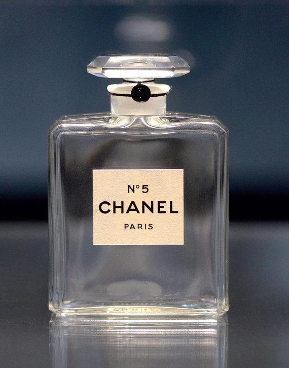 """Asmeninio archyvo nuotr./Perversmą sukėlęs """"Chanel N°5"""" buteliuko paprastumas. Stačiakampio formos suapvalintais kraštais ir brangakmenį primenančio kamštelio idėją įkvėpė kubizmo skulptūros"""