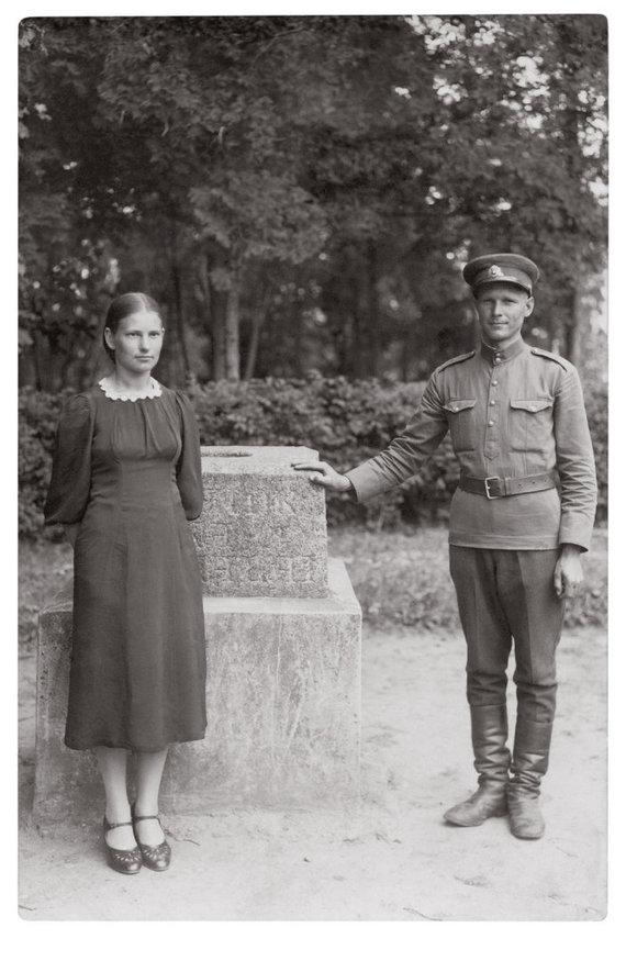Karys Stasys Mikšta su Adele Čereškevičiūte, Simpatija. 1940 m. Kazimiero Griūšios nuotrauka