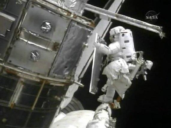 """""""Reuters""""/""""Scanpix"""" nuotr./Kadrai iš teleskopo taisymo atvirame kosmose."""