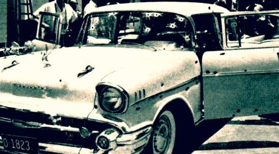 """Kadras iš """"YouTube""""/Automobilis, kuriame buvo nužudytas Rafaelis Trujillo (1961 m.)"""