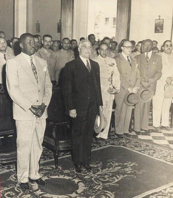 Wikipedia.org nuotr./Rafaelis Trujillo (centre) su Haičio prezidentu Paulu Magloire (kairėje) (1951 m.)