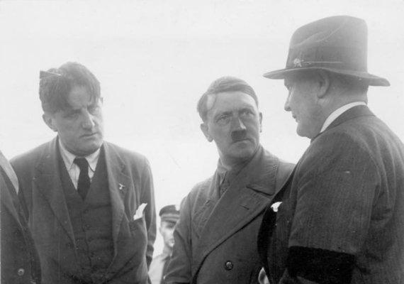Vokietijos Bundesarchyvo/Wikimedia.org nuotr./Ernstas Franzas Sedgwickas Hanfstaenglis (kairėje) su Adolfu Hitleriu ir Hermannu Göringu (1932 m.)