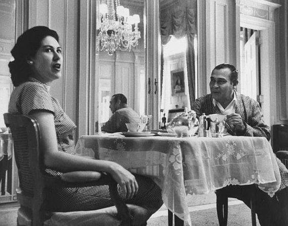Wikipedia.org nuotr./Fulgencio Batista pusryčiauja su žmona Marta prezidento rūmuose. Iki bėgimo iš šalies liko aštuoni mėnesiai. (1958 m.)