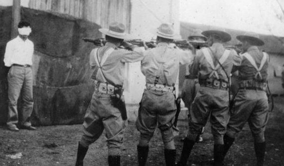 Wikipedia.org nuotr./Batistos kariai vykdo sukilėlio egzekuciją. (1956 m.)