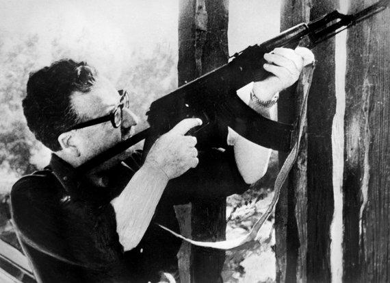 """AFP/""""Scanpix"""" nuotr./Salvadoras Allende išmėgina Fidelio Castro padovanotą Kalašnikovo automatą. (1971 m.)"""