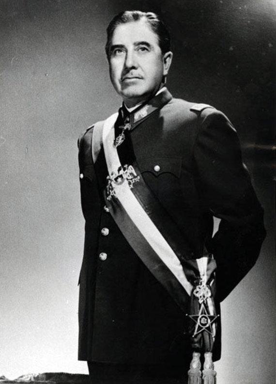 Wikipedia.org nuotr./Augusto Pinochetas (1974 m.)