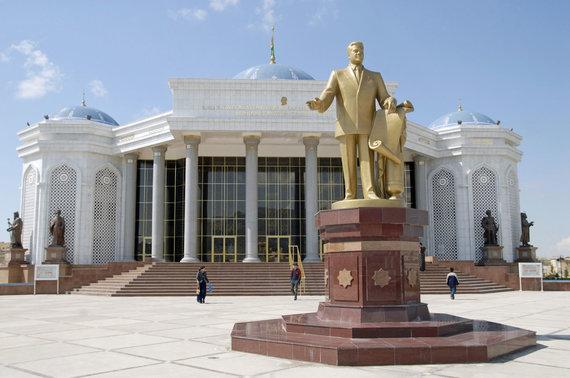 """""""Scanpix"""" nuotr./Viena iš auksinių Saparmurato Nijazovo statulų"""