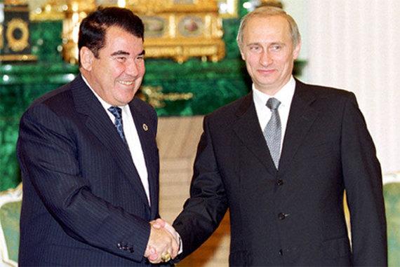 Wikipedia.org nuotr./Saparmuratas Nijazovas ir Vladimiras Putinas (2000 m.)