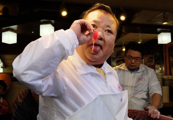 """AFP/""""Scanpix"""" nuotr./Kiyoshi Kimura ragauja tuno gabaliuką."""