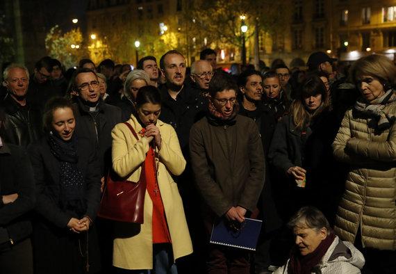 """""""Scanpix""""/AP nuotr./Paryžiaus Dievo Motinos katedros gaisrą bejėgiškai stebintys žmonės"""
