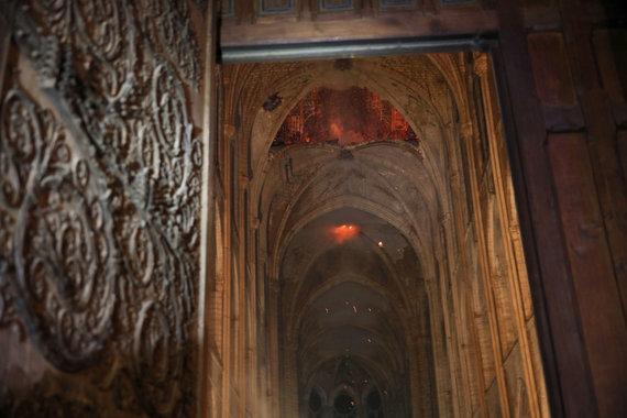 """""""Scanpix""""/AP nuotr./Degančios Paryžiaus katedros vidus"""