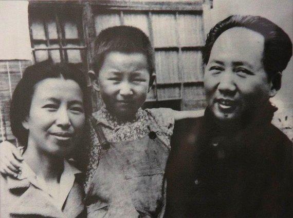Wikipedia.org nuotr./Mao Zedongas su ketvirtąja žmona Jiang Qing ir jųdviejų dukra Li Na