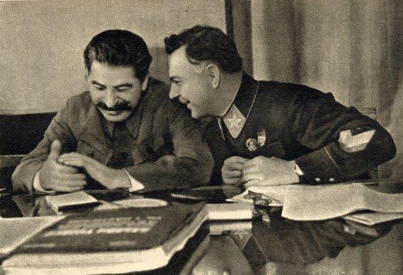 Wikipedia.org nuotr./Josifas Stalinas ir Klimentas Vorošilovas (1935 m.)