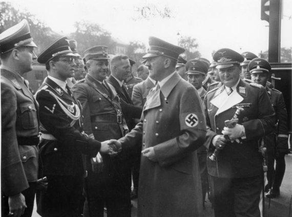 Wikipedia.org nuotr./Adolfas Hitleris spaudžia ranką Philippui Bouhleriui, Miunchenas, 1938 m.