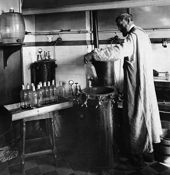 Wikipedia.org nuotr./Louis Pasteuras savo laboratorijoje