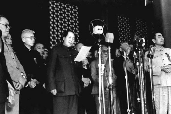 Wikipedia.org nuotr./Mao Zedongas Tiananmenio aikštėje Pekine skelbia Kinijos Liaudies Respublikos įkūrimą (1949 m. spalio 1 d.)