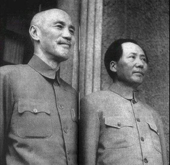 Wikipedia.org nuotr./Chiang Kai-shekas ir Mao Zedongas (1945 m.)