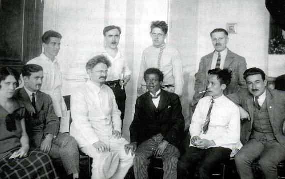 Wikipedia.org nuotr./Kominterno V kongreso delegatai Maskvoje. Antras iš dešinės pirmoje eilėje – Ho Chi Minhas (1924 m.)