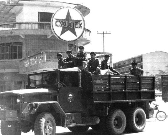 """Wikipedia.org nuotr./""""Pathet Lao"""" kariai sostinėje Vientiane (1973 m.)"""