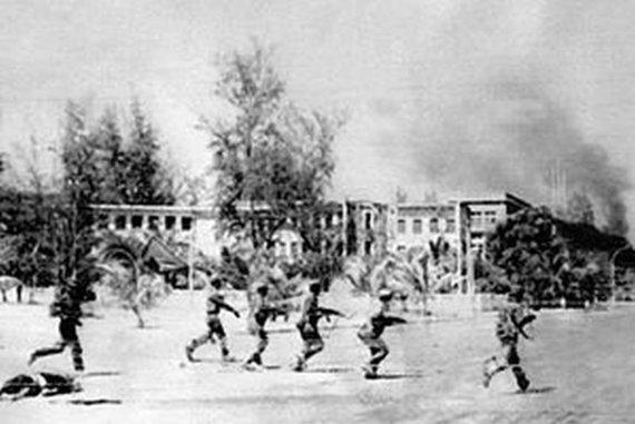 Wikipedia.org nuotr./Vietnamo kariai įžengia į Pnompenį (1979 m. sausis)