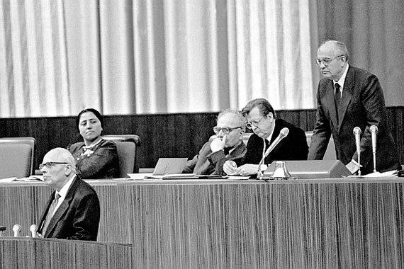 """""""Scanpix"""" nuotr./Sovietų Sąjungos komunistų partijos generalinis sekretorius Michailas Gorbačiovas (dešinėje, stovi) mėgina nutraukti Andrejaus Sacharovo (kairėje, tribūnoje) kalbą per pirmąjį liaudies deputatų suvažiavimą."""