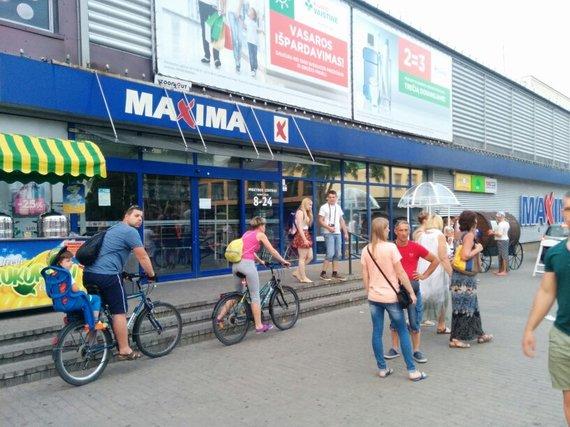 """Violetos Grigaliūnaitės/15min.lt nuotr./Nutrūkus elektros tiekimui, uždaryta parduotuvė """"Maxima""""."""