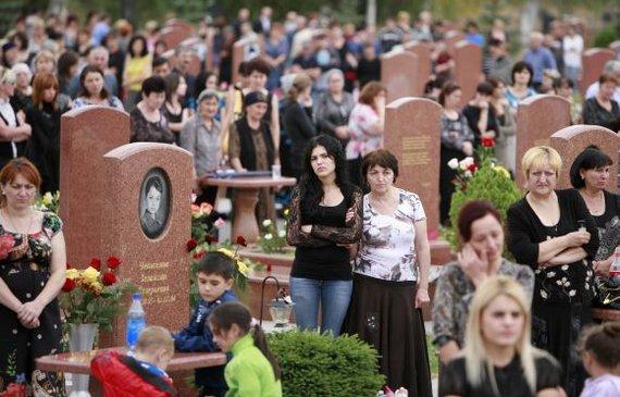 """""""Reuters""""/""""Scanpix"""" nuotr./Beslano aukų artimieji iki šiol jaučia netekties skausmą."""
