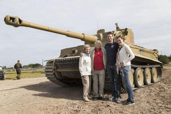 """Bovingtono tankų muziejaus nuotr./Wilhelmas Fischeris su šeima prie """"Tiger 131"""" tanko"""