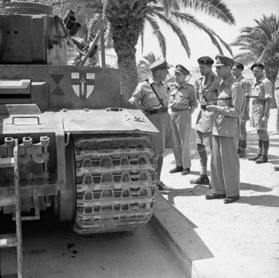 """Imperijos karo muziejaus nuotr./Karalius George'as VI 1943 metų birželį Tunise apžiūri tanką """"Tiger 131""""."""