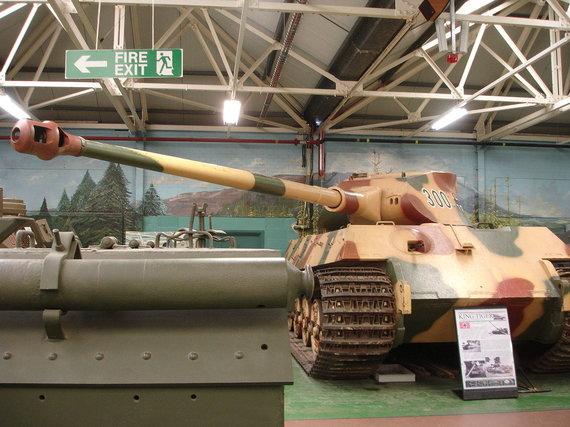 """LordHarris/Wikipedia.org nuotr./""""Karališkasis tigras"""" su F.Porsche bokšteliu Bovingtono tankų muziejuje"""