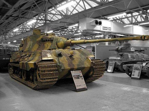 """Hohum/Wikipedia.org nuotr./""""Karališkasis tigras"""" su """"Henschel"""" bokšteliu Bovingtono tankų muziejuje"""