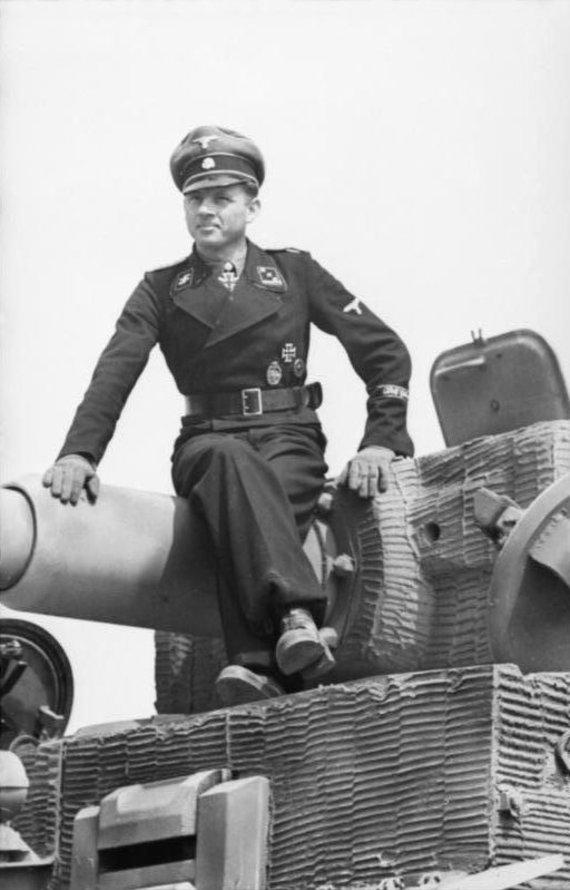 """Vokietijos Bundesarchyvo/Wikipedia.org nuotr./Michaelis Wittmannas ant savo """"Tigro"""""""