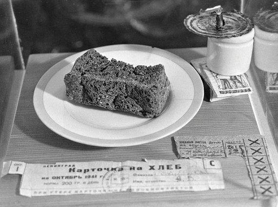 """""""RIA Novosti"""" archyvo/Wikimedia.org nuotr./Blokadinės duonos ir duonos kortelių pavyzdys muziejuje"""
