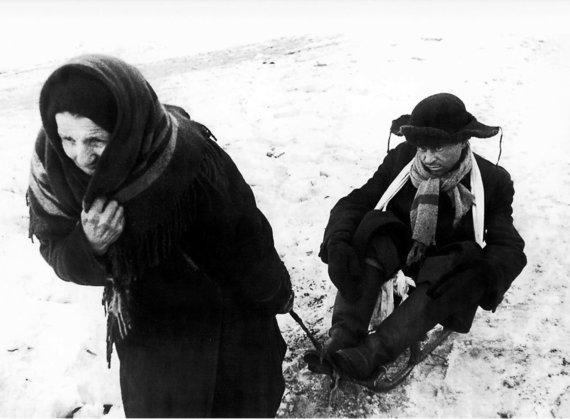 Wikipedia.org nuotr./Moteris veža rogutėmis iš bado paeiti nebesugebantį vyrą (1942 m. vasario 7 d.)