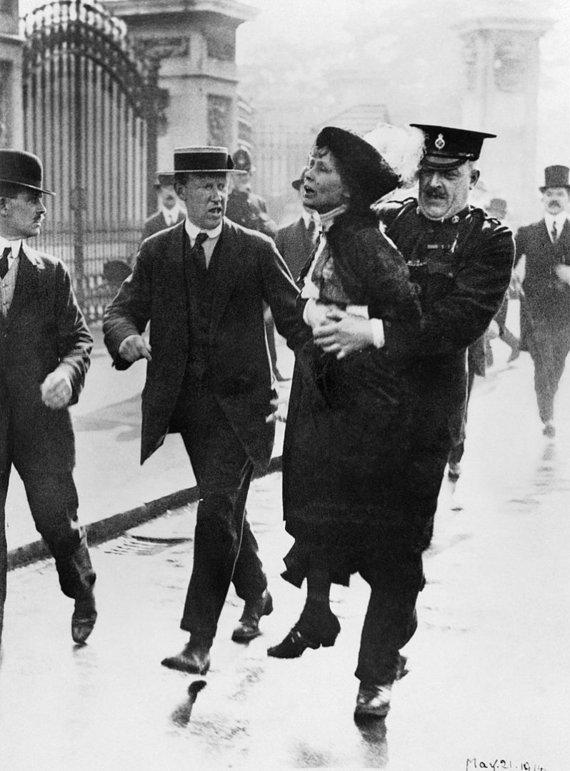 Imperijos karo muziejaus/Wikimedia.org nuotr./Policija sulaikė Emmeline Pankhurst prie Bakingemo rūmų, kai ši pabandė įteikti peticiją karaliui George'ui V. (1914 m.)