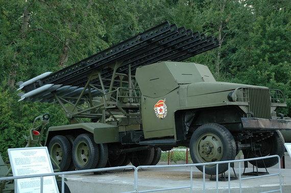 """Nicko Lobecko/Wikipedia.org nuotr./Reaktyvinės artilerijos įrenginys """"Katiuša"""" ant amerikietiško sunkvežimio """"Studebaker"""" US6"""