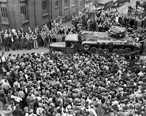 """Wikipedia.org nuotr./Ką tik pagamintas britų tankas """"Valentine"""" rengiamas išsiuntimui į Sovietų Sąjungą."""