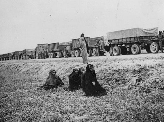 """Wikipedia.org nuotr./Amerikiečių sunkvežimiai """"Studebaker"""" kažkur Irane pakeliui į SSRS"""