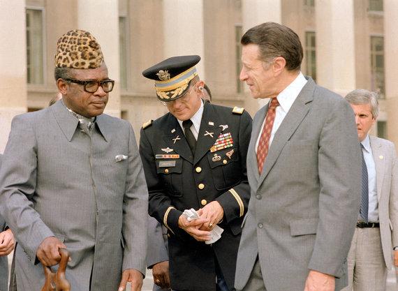 Wikipedia.org nuotr./Mobutu (kairėje), dėvintis abakostą (1983 m.)
