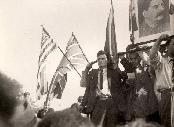 Wikipedia.org nuotr./Nicolae Ceaușescu kartu su kitais Rumunijos komunistais pasitinka į Bukareštą įžengiančią Raudonąją armiją (1944 m. rugpjūčio 30 d.)